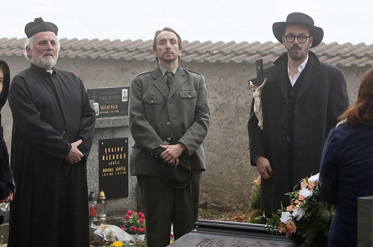 Josef Kubáník (vpravo) s Miloslavem Mejzlíkem (vlevo) a Jakubem Žáčkem v seriálu Temný kraj