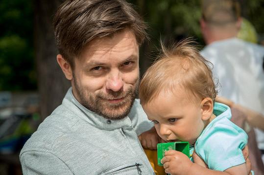 Péči o dítě tak převezme táta, jehož ztvárňuje Jiří.