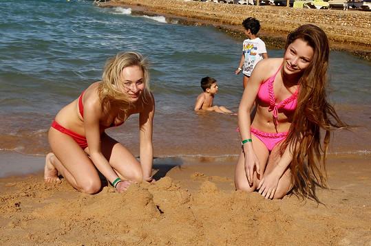 Slečny si zařádily v písku.