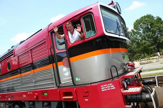 Na závěr se herec se svými 150 hosty nasoukal do motoráčku a oslavy pokračovaly na trati.