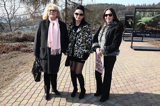 Výstavu zahájili velvyslanci a zástupci ambasád pěti zemí společně s patronkami letošní výstavy - zpěvačkou Lucií Bílou, herečkami Ivou Hüttnerovou a Michaelou Kuklovou.