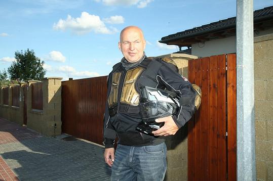 Lou Fanánek Hagen přijel na motorce.