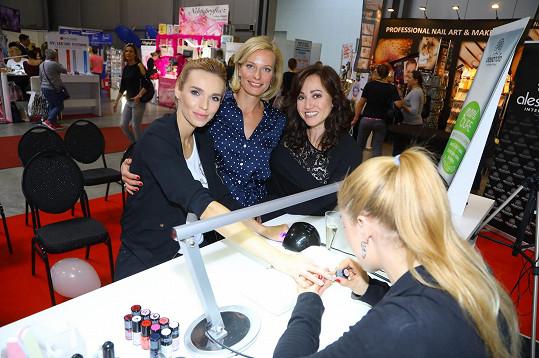 Ve stánku bývalé švagrové zpěvačky Marie Rottrové se Hanka potkala s kolegyní z Novy Kristinou Kloubkovou.