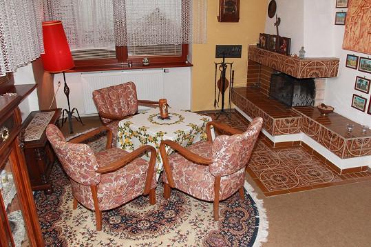 Takhle vypadá kout s krbem v obývacím pokoji....