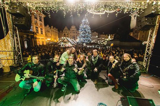 Oslavy příchodu nového roku trávil pracovně a zazpíval si s kapelou na přeplněném Staroměstském náměstí.