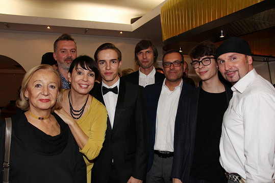 Nela Boudová s maminkou, syny, manželem Sašou (vlevo), otcem svých synů Janem Lekešem (uprostřed) a přáteli.