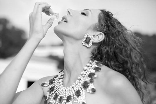 Fotila nahá zakrytá jen robustními šperky.