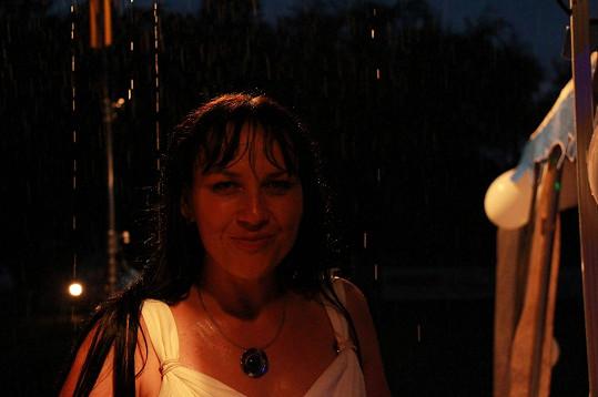 Večer začalo manželům pršet štěstí. Takhle vypadala nevěsta po zásahu deštěm před půlnocí.