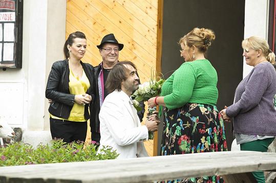 Jandovi budou hrát sami sebe, tedy známé zpěváky, kteří budou překvapením pro Halinu Pawlowskou, kterou bude Jakub Kohák žádat o ruku.