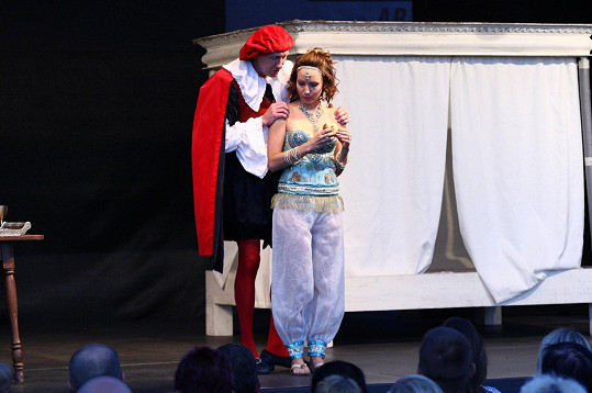 V inscenaci si zahráli i Jan Antonín Duchoslav a Veronika Arichteva.