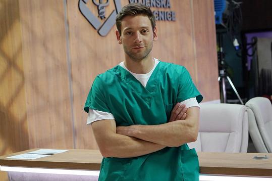 Jako poručík, lékař se ucházel o místo v elitní jednotce. Ze seriálu 1. Mise byl již vyřazen.