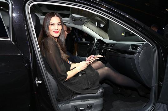 Aneta raději sedí na sedadle spolujezdce. Řídí nerada.