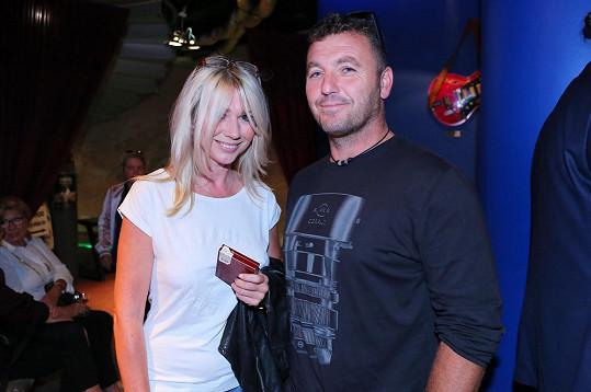 Tina Pletánková s přítelem na představení seriálu Krejzovi
