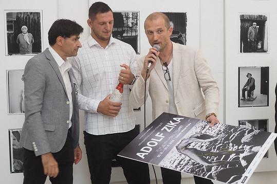 Lukáš Krpálek slavnostně zahájil retrospektivní výstavu Adolfa Ziky (vpravo), vlevo moderátor Zdeněk Podhůrský