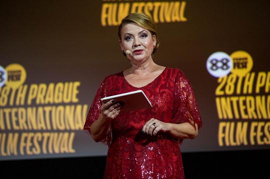 Jolana Voldánová na zahajovacím galavečeru Febiofestu v šatech z dílny Aleny Wilson.