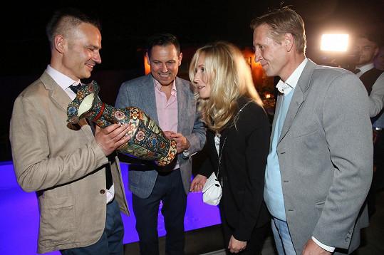 Po představení popřáli Janisi Sidovskému a Pavlu Vítkovi k desetiletému výročí registrovaného partnerství.