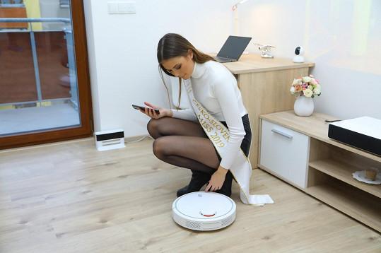 Úklid má vyřešený. Nepořídila si klasický vysavač, ale robotický, který vysává sám.
