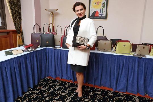Představovala novou kolekci kabelek.