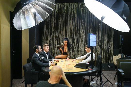 Fotilo se v prostředí kasína.