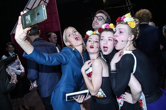 Kurkové se líbilo, jak Zuzana Stavná, Marika Šoposká a Eliška Křenková akci moderovaly a musela se s nimi vyfotit.
