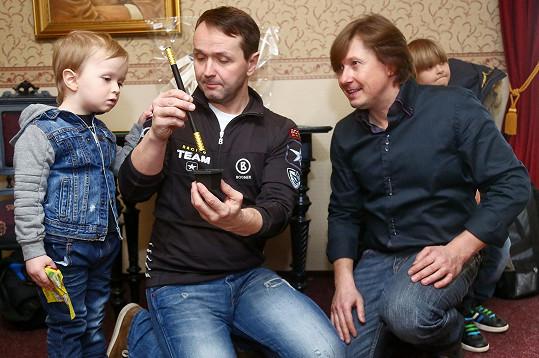 Kouzelník Pavel Kožíšek ukázal Vlastíkovi kouzelnickou hůlku.