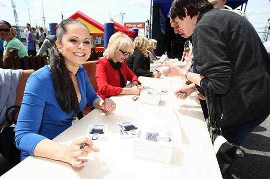 Podepisovala se fanouškům.