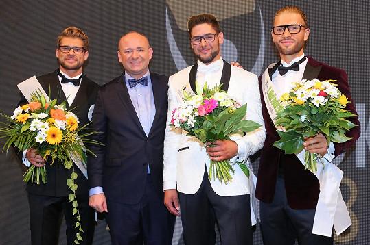 Jakub Kochta (vlevo) byl na 2. místě, vedle něj prezident soutěže David Novotný, uprostřed vítěz Jiří Kmoníček a vpravo bronzový Jakub Jurčák