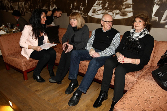 Moderátorka Eva Čížkovská a pěvecké hvězdy Pavlína Filipovská, Karel Štědrý s Yvettou Simonovou
