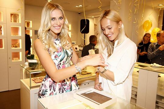 Renata využila párty k tomu, aby si vyzkoušela šperky z nové kolekce.