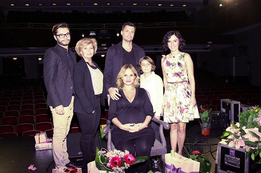 Moniku na koncert doprovodili její nejbližší. Maminka, brácha i partner Tomáš Horna s dcerou Amálkou.