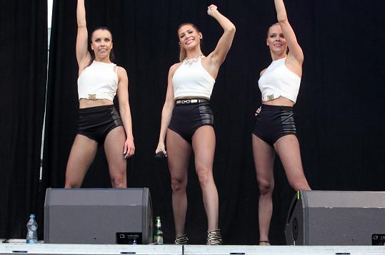 Tereza Kerndlová se svými tanečnicemi v Berouně