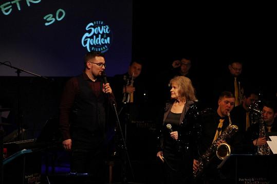 Eva Pilarová zazpívala s Petrem Sovičem na jeho narozeninovém koncertě hit Je nebezpečné dotýkat se hvězd.