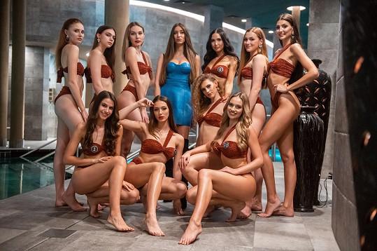Dívky s ostatními finalistkami a návrhářkou plavek Kristýnou