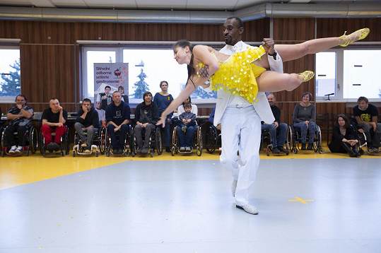 Veronika tančila při předání šeku Centru Paraple.