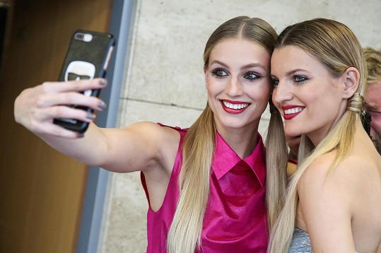 Karolína Mališová (vlevo) si během focení nasbírala zásobu pro své sociální sítě.