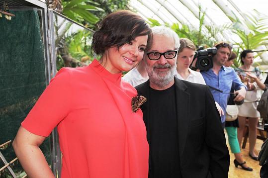 Jitka Čvančarová a Robert Vano zahájili výstavu Lehkost motýlích křídel. Herečka ji zakusila na prsou.