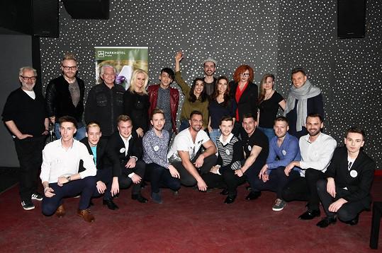 Společné foto porotců a finalistů soutěže Gay roku