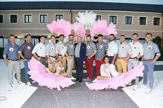 V rámci finále uvidíme finalisty, s nimiž se vyfotil i ředitel soutěže, spolu s tanečnicemi z Czech Cabaret Show.