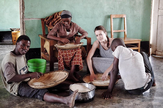 Pobyt v Africe je hlavně o tvrdé práci.