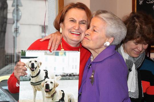 A také kalendář nadačního fondu Mathilda, na snímku s jeho zakladatelkou Mathildou Nostitzovou