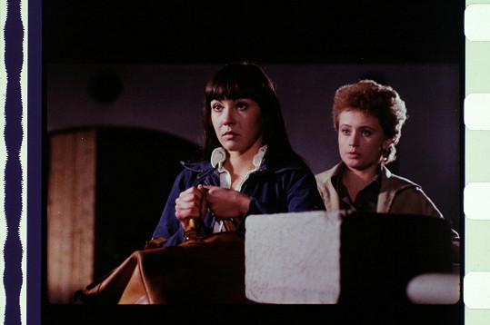 Dáda Patrasová a Jana Nagyová ve filmu Smrt stopařek, kde byly jejich postavy zavražděny.