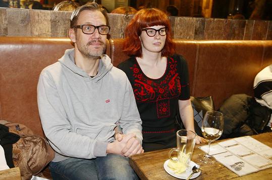 Díky podobným brýlím vypadali partneři spíše jako sourozenci.