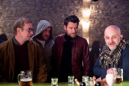 Martin Pechlát, Martin Hofmann, David Švehlík a Hynek Čermák v komedii Prvok, Šampón, Tečka a Karel
