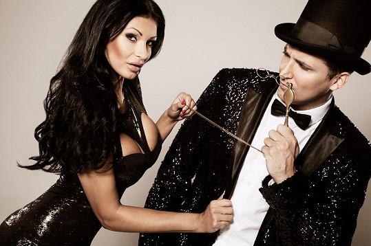 Svou partnerku z focení pozval Radim 15. listopadu do Semaforu na činoherní představení jednoho herce Mistero Buffo a ta slíbila, že se přijde podívat.