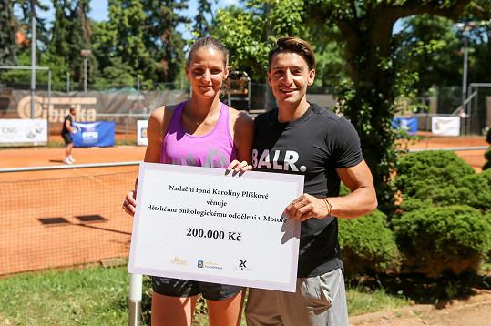 Karolína s přítelem Michalem Hrdličkou a šekem pro motolskou nemocnici