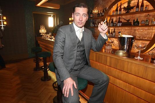 Petr Vondráček měl dovoleno ve studiu kouřit.