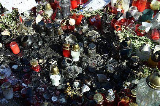 Takhle vypadá ulice v místech, kde už svíčky vyhořely.
