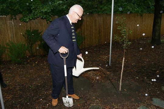 Designér se stal již 76. osobností, která se v trojské botanické zahradě zapojila do projektu Kořeny osobností.