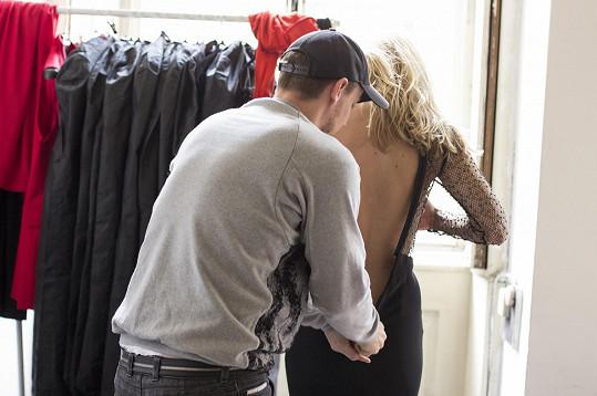 Do šatů ji oblékal sám návrhář.