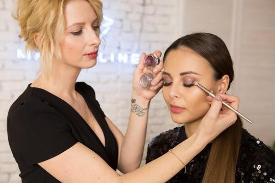 Spoustu triků v ličení odkoukala od vizážistky Margity Skřenkové. Ta na Moniku na této fotce používá stíny Maybelline Color Tattoo Eye Shadows.